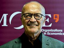 Finn E. Kydland fue galardonado junto con Edward C. Prescott con el Premio Nobel de Economía en 2004 por demostrar que los resultados económicos siempre mejoran si los actores políticos se comprometen y cumplen sus políticas económicas a largo plazo, independientemente de los intereses partidistas.