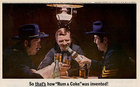 Anuncio publicado en la revista Life (mayo, 1966). El combinado Cuba Libre fue creado una tarde de calor del mes de agosto de 1900. Un grupo de soldados del Grupo de Señales estadounidense se reunió para tomar una bebida en el Bar American en La Habana. El Sr. Russell pidió un Bacardí con Coca-Cola, hielo y un poco de limón exprimido. Sus soldados probaron la bebida, les gustó y pidieron una ronda para todos. Entonces, uno del grupo sugirió un brindis por Cuba Libre. Foto: Bacardí