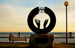 """""""Mirando el futuro"""", escultura de Lorenzo Quinn. Tributo de Sitges al fundador de Bacardí. Foto: Ayuntamiento de Sitges"""