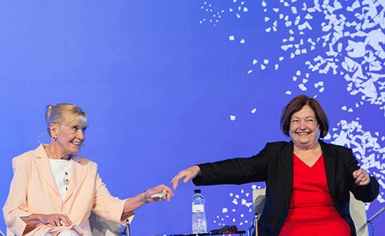Mairead Maguire i Betty Williams, ambdues guardonades el mateix any, a la XV Cimera Mundial de Premis Nobel de la Pau.