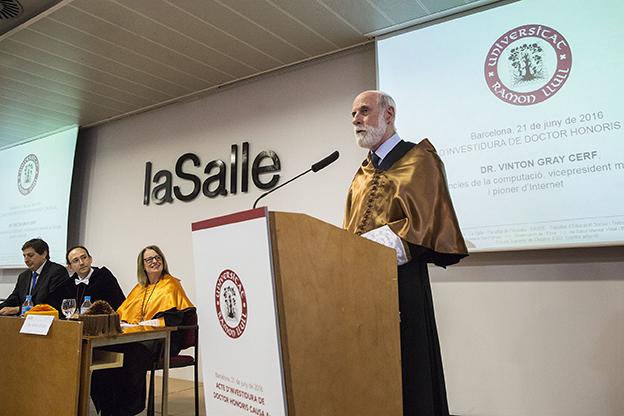 L'inventor dels protocols TCP/IP, que van permetre la creació d'Internet, va ser investit com a Doctor Honoris Causa per la Universitat Ramon Llull el passat mes de juny.